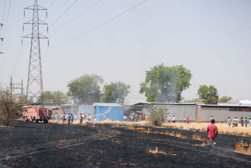 पेट्रोल पंप से 50 कदम दूर स्थित 10 एकड़ के खेत में लगी आग, ट्रांसफार्मर जला