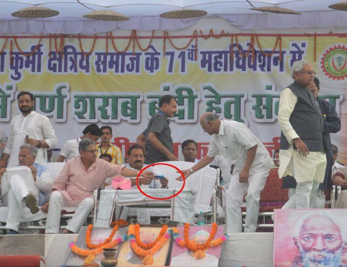 बिहार CM लोगों को दे रहे थे नशामुक्ति का भाषण, वहीं पास में बैठे मंत्री मंच पर चबाने लगे गुटखा