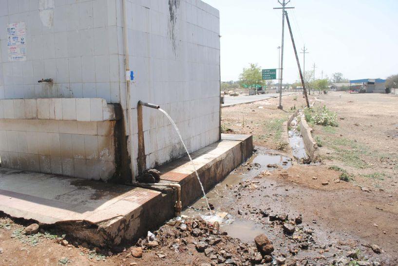 निजी के साथ सरकारी काम में भी पानी का दोहन