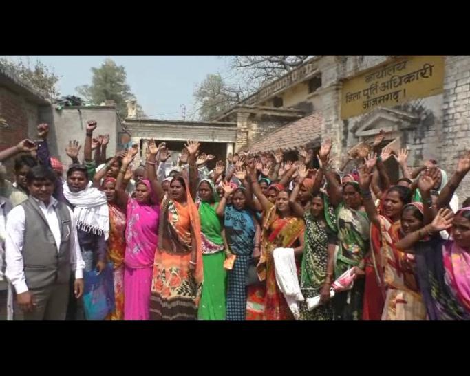 आखिर क्यों आजमगढ़ में सैकड़ों महिलाएं उतरीं सड़क पर