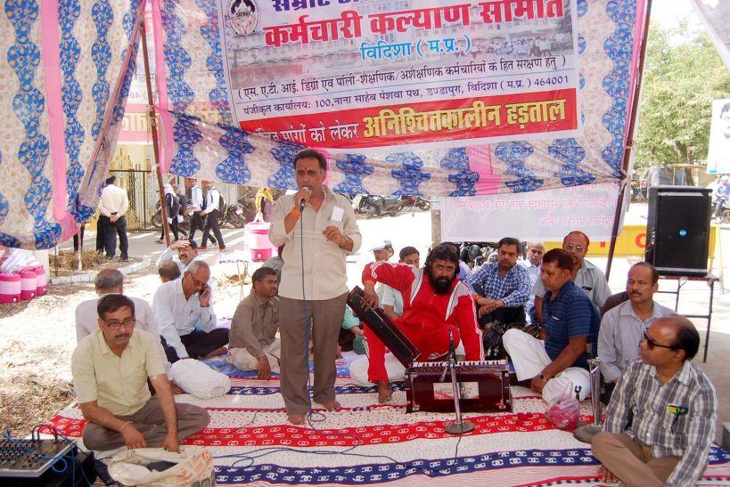 एसएटीआई में फिर हड़ताल शुरू, सड़क पर तम्बू तान बैठे हड़ताली