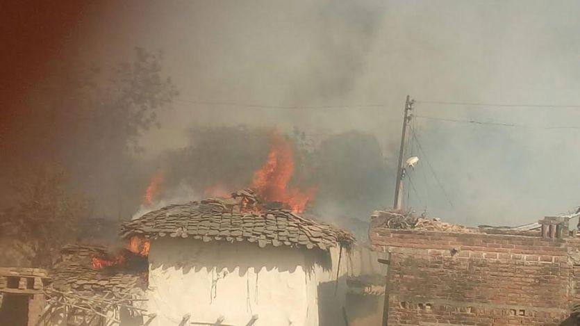 चिंगारी ने लगाई आग, धूं-धूं कर जल गए पांच दर्जन से अधिक घर