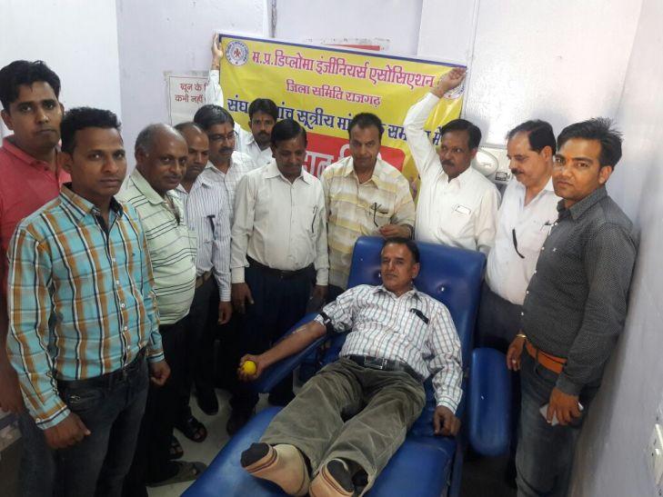 हड़ताली इंजीनियरों ने अस्पताल में किया रक्तदान