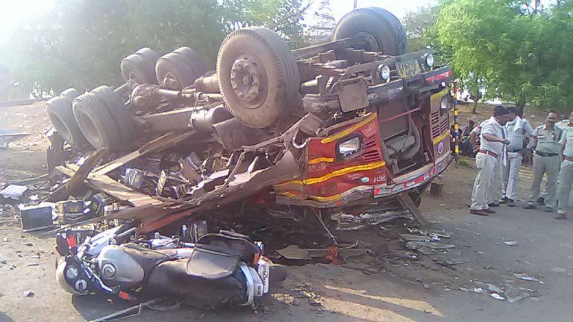 अनियंत्रित होकर ट्रक पलट, चार लोग गंभीर घायल
