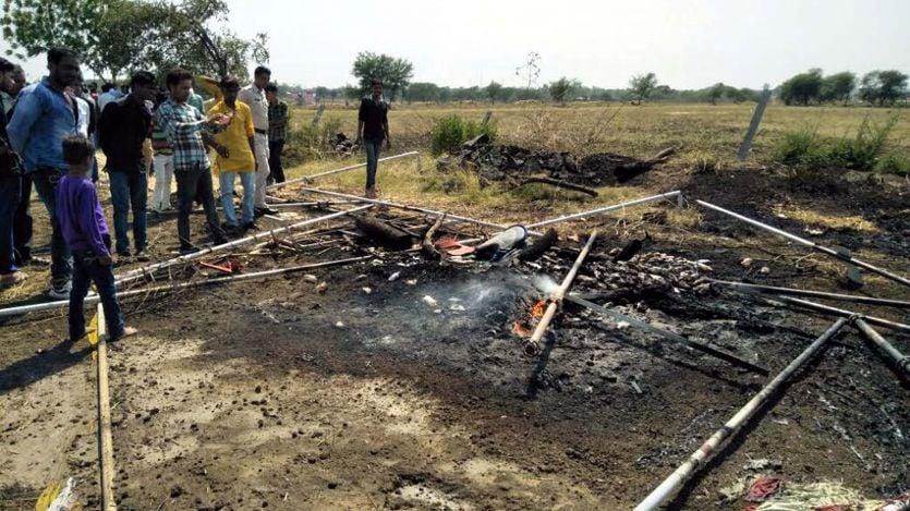 महिलाओं ने शराब दुकान में तोडफ़ोड़ कर लगाई आग