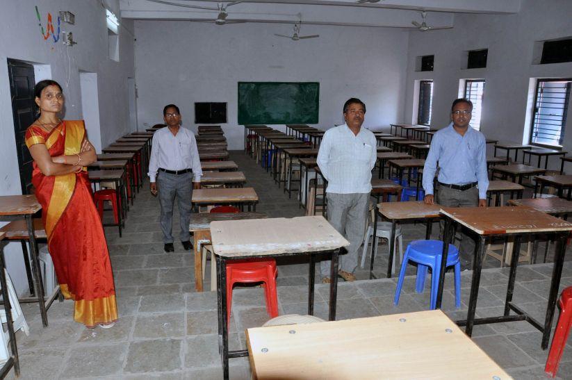 कक्ष में प्रवेश के पूर्व तलाशी लेने पर परीक्षार्थियों ने किया परीक्षा का बहिष्कार