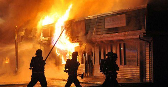 जौनपुर में हिंसक हुआ शराबबंदी प्रदर्शन, शराब की दुकान को लगाई आग और...
