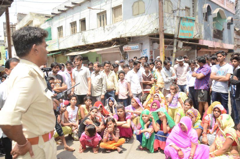 डीपी के करंट से युवक की मौत, नागरिकों ने किया विरोध प्रदर्शन