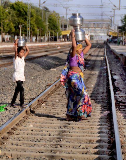 पानी की किल्लत ने बिगाड़े हालात, रेलवे ट्रैक भी बना आंगन जैसा