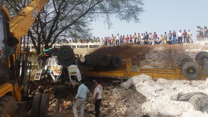कुंडक्या नाले पर पलटा ट्रक, दो लोगों की मौत