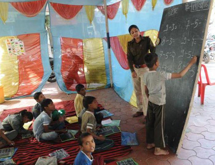 अनूठी पहल: यहां थानों में लगती है बच्चों की क्लास, टीचर बन पढ़ाती है पुलिस