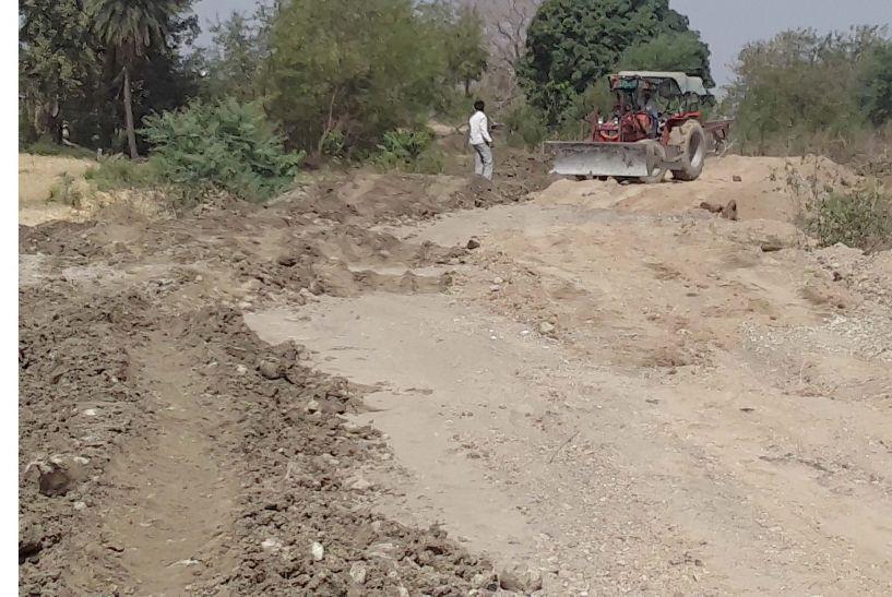 काली मिट्टी व मिट्टी मिली रेत से किया जा रहा सड़क का निमार्ण