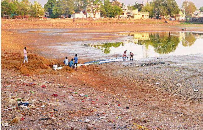 सौंदर्यीकरण के नाम पर 10 करोड़ खर्च, फिर भी तालाब न गहरे हुए न ही साफ