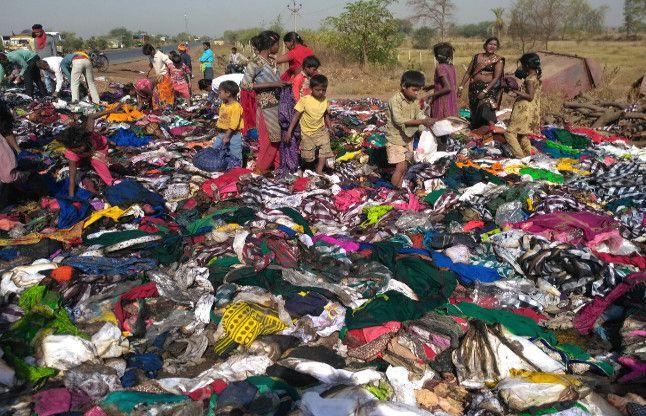 कपड़ों से भरे ट्रक में लगी आग तो जान की परवाह किए बगैर अंडरवियर तक लूट ले गए लोग