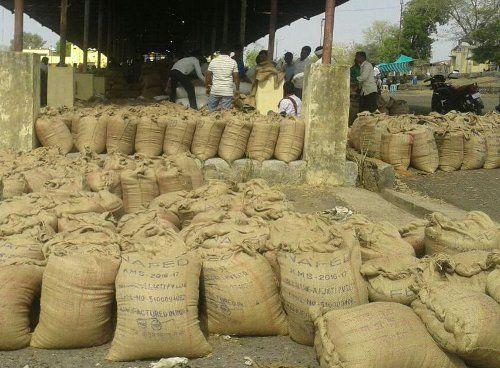 हक पाने किसानों ने किया हंगामा, पहुंचे एसडीएम, आप भी जानें क्या है मसला