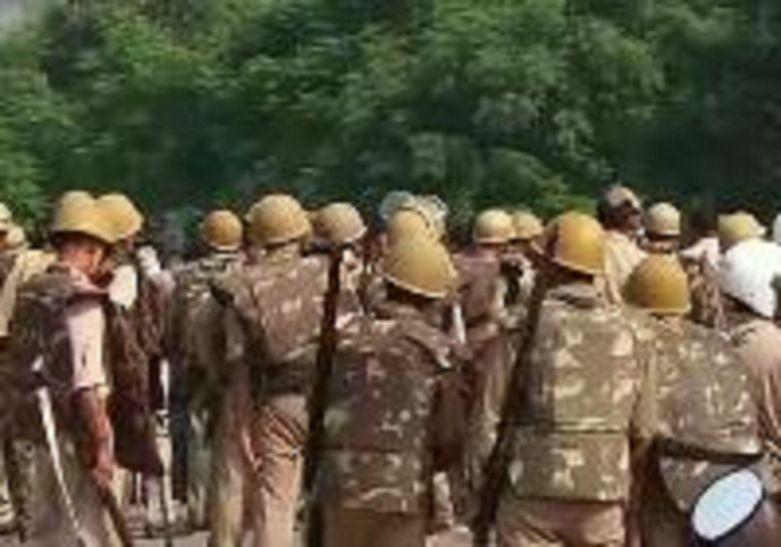 आजमगढ़ में कबूतर को लेकर दो समुदाय के लोग आमने सामने, जमकर हुआ बवाल मौके पर भारी फोर्स,
