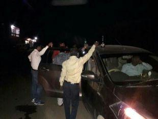 सड़क पर शराबियों की महफिल, लोग घरों में कैद