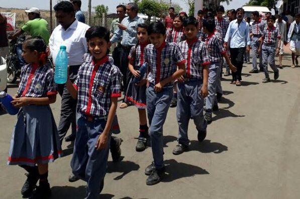 लू के थपेड़ों के बीच बच्चों को स्कूल से आना पड़ता है घर