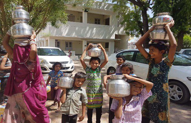 पानी के लिए रेस्ट हाउस में भीड़