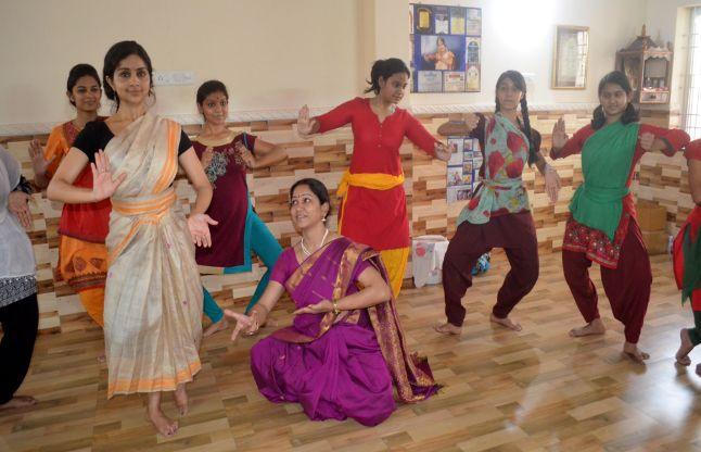 इंटरनेशनल नृत्यांगना Neha Bhatnagar को नहीं भाया अमेरिका, 5 साल से बेटियों को सीखा रहीं डांस