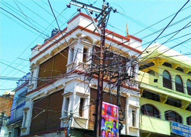 यहां बिजली के खंभों से घरों में आ रहा करंट