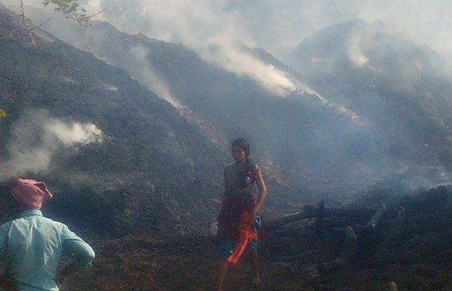 आगजनी से दो सिलेंडर में जोर का धमाका, 22 परिवार सड़क पर आ गया