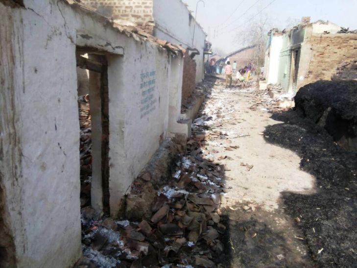 आग लगने से 25 मकान जले, 10 मवेशियों की झुलसने से हुई मौत