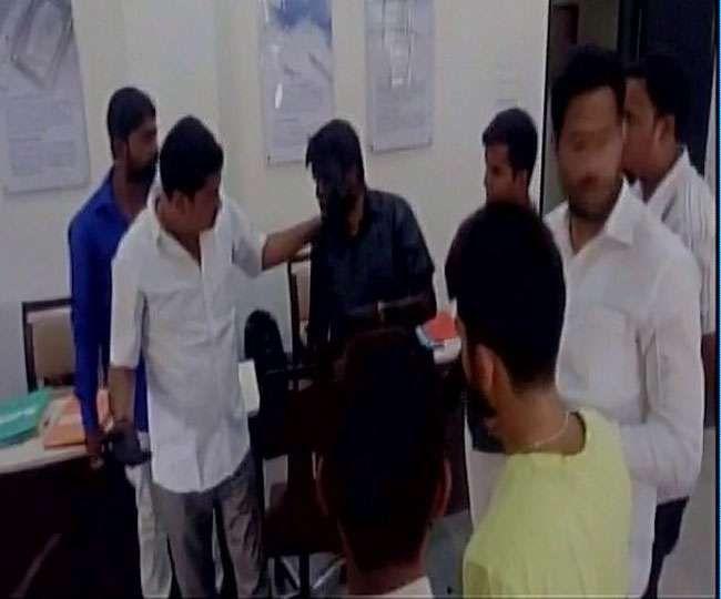 शिवसैनिकों ने टीचर को पोती कालिख, पुलिस ने किया गिरफ्तार