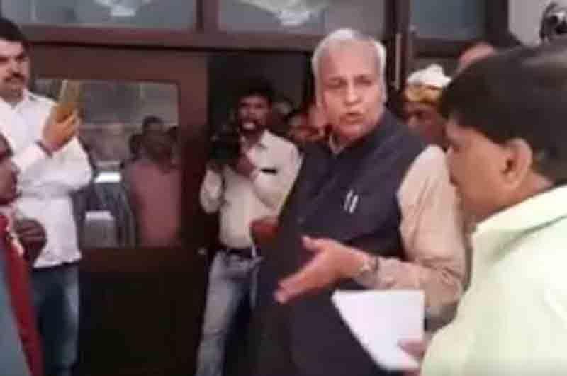 VIDEO: योगी सरकार के मंत्री ने दिव्यांग को कहा 'लूला-लंगड़ा'
