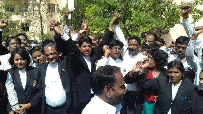 लॉ संशोधन बिल के खिलाफ वकीलों का प्रदर्शन, लंच के बाद नहीं किया काम