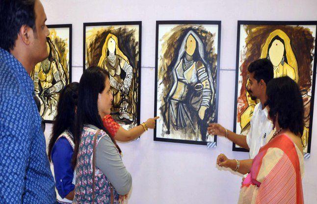 भारतीय संस्कृति एवं विरासत से रूबरू कराती पेंटिंग्स