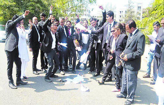 वापी में प्रस्तावित विधेयक के खिलाफ वकीलों की हड़ताल