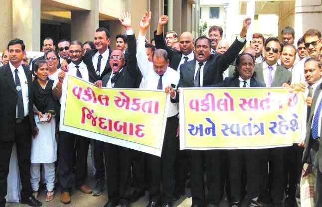 हड़ताल पर रहे वकील, निकाली रैली
