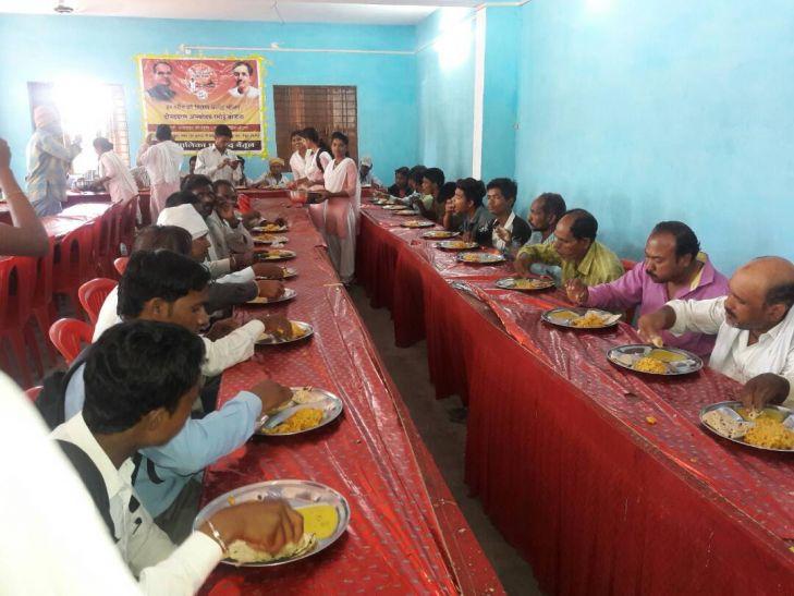 कॉलेज छात्राओं ने पॉकेट मनी बचाकर दीनदयाल उपाध्याय रसोई को दिया चंदा