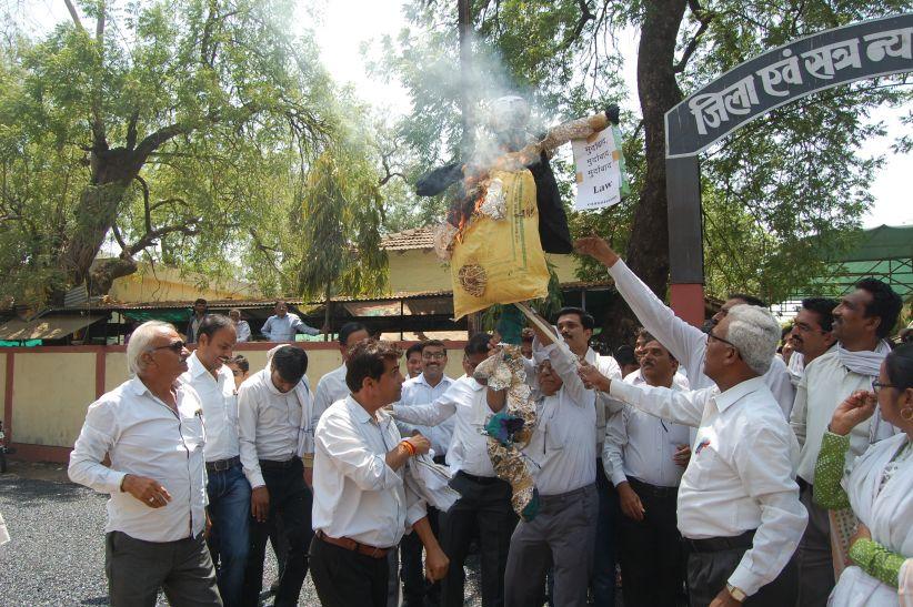 वकीलों ने लॉ कमीशन का विरोध कर पुतला जलाया, प्रतियां फाड़ी