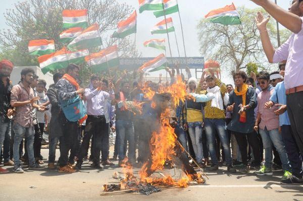 पाकिस्तान का ध्वज जलाया, भारतीय तिरंगा लहराया
