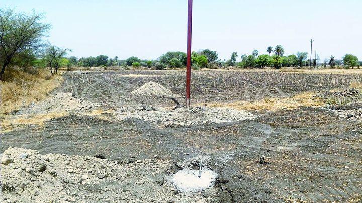 बिना अनुमति किसानों के खेतों में खड़े कर दिए विद्युत पोल