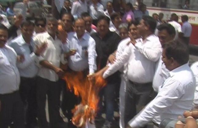 VIDEO: वकीलों ने प्रदर्शन कर जलाई एक्ट की प्रतियां, हुआ 'हंगामा'