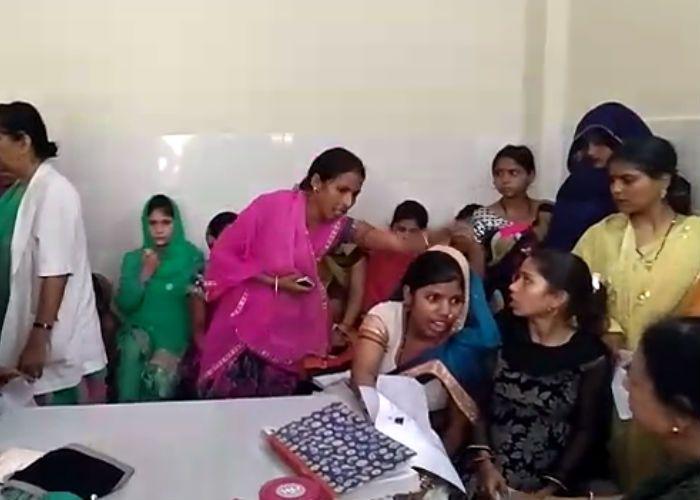पत्नी का उपचार कराने आए पति के साथ हाथापाई, देखें वीडियो