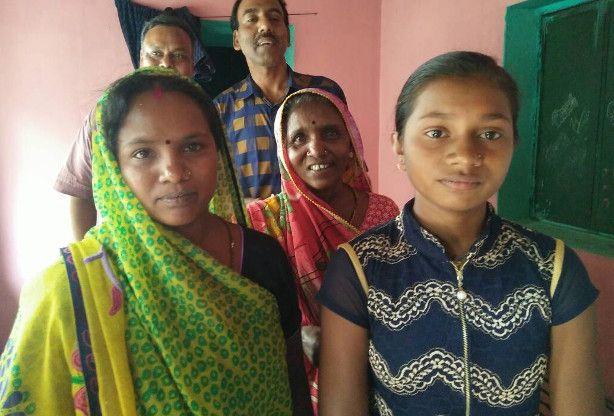 बोर्ड परीक्षा : अपने मेरिट में आने से अंजान दीपा मग्न थी तालाब में मछली पकडऩे में