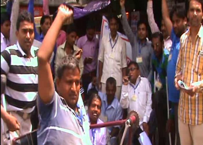 योगी के इस मंत्री के खिलाफ मोदी के 'दिव्यांगों' ने खोला मोर्चा, सड़क पर प्रदर्शन