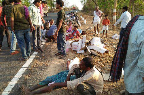 Truck की टक्कर से खाई में गिरी ऑटो और सड़क पर गिरे लोग, 9 घायल