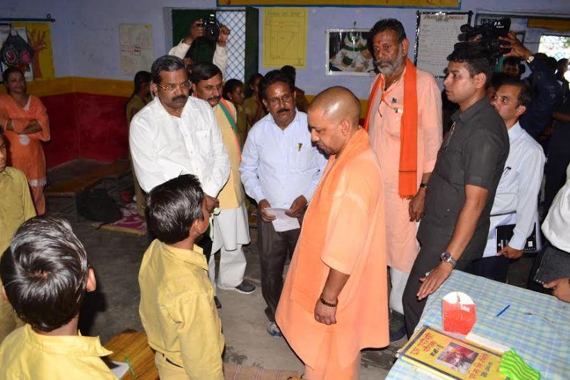 जब सीएम योगी ने बच्चों से पूछा- प्रदेश का मुख्यमंत्री कौन है?