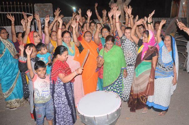 सांई नगर की महिलाओं ने कहा- सो रहा है प्रशासन तो रवींद्र नगर में ढोल बजाकर जगाया