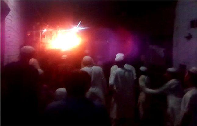 शामली में ट्रक में आग लगने पर फैला सांप्रदायिक तनाव, पुलिस ने किया लाठीचार्ज