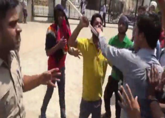 स्कॉलरशिप में धांधली पर भड़के छात्र, कॉलेज में हंगामा