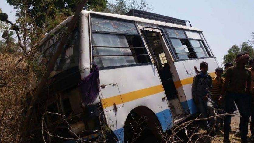 सुंदरपुरा-मलावर रोड पर स्टेयरिंग फेल होने से खाई में गिरी बस, 10 घायल