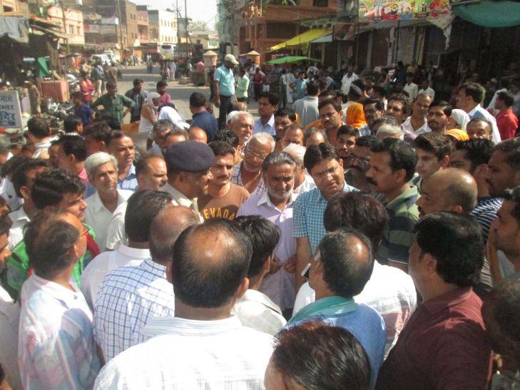 जैन मंदिर में चोरी के विरोध में बाजार बंद, किया चक्का जाम