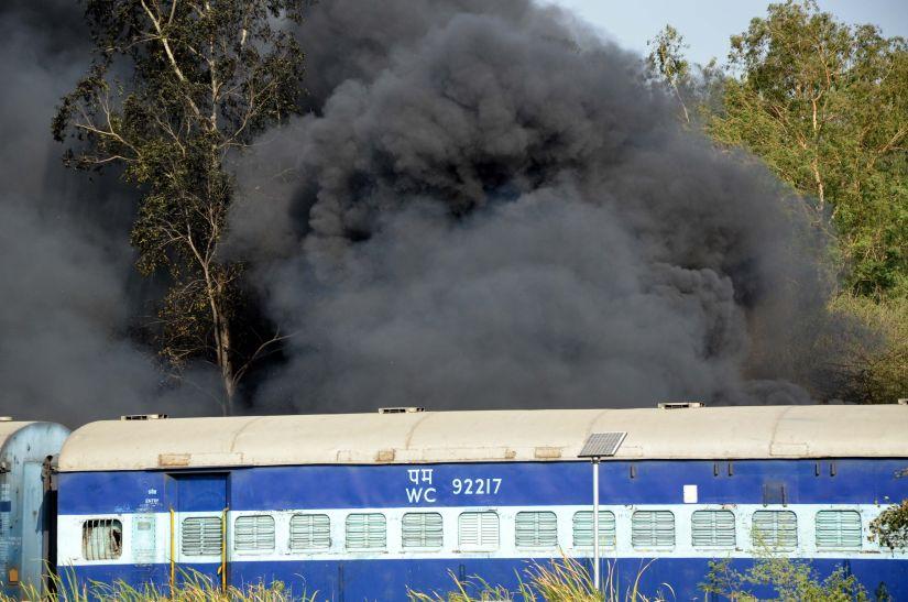 30 घंटे बाद भी धधकती रही आग, 100 टन स्क्रैप और डंबवुड खाक