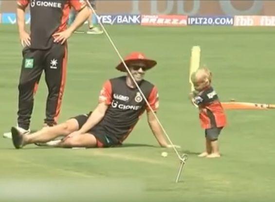VIDEO: देखिए, पिता के नक्शेकदम पर चल रहा इस क्रिकेटर का बेटा